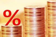 Symbolet av procent på bakgrunden av pengar Royaltyfri Bild