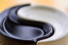 Symbolet av Yin-Yang harmoni och jämvikt på en kulör bakgrund arkivbild