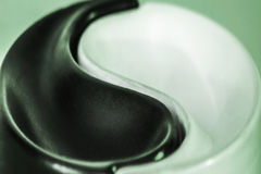 Symbolet av Yin-Yang harmoni och jämvikt på en kulör bakgrund royaltyfri bild
