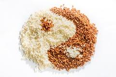 Symbolet av yin yang läggas ut ur bovete och ris, textur royaltyfria foton
