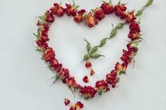 Symbolherz von den Rosen durchbohrt durch den Pfeil des Amors Stockbild