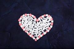 Symbolhjärta av svart bakgrund för sötsaker Top beskådar Arkivfoton