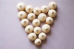 Symbolhjärta från kakor Rosa bakgrund Royaltyfri Foto