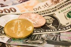 Symboliczne monety bitcoin na banknotach Zdjęcie Stock