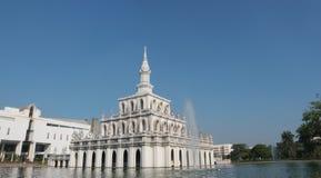 Symboliczny budynek Sukhothai Thammathirat otwarty uniwersytet fotografia stock