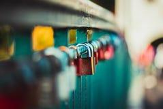 Symbolische Liebe, örtlich festgelegte Vorhängeschlösser auf Brücke Stockfotografie