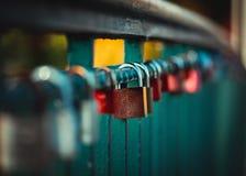 Symbolische Liebe, örtlich festgelegte Vorhängeschlösser auf Brücke Lizenzfreie Stockfotografie