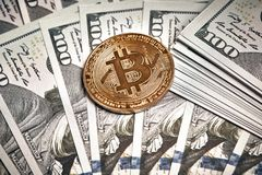 Symbolische Münzen von bitcoin auf Banknoten von hundert Dollar Austausch bitcoin Bargeld für einen Dollar Stockfotografie