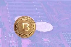Symbolische typemuntstukken met bitcoin Stock Foto's