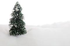 Symbolischer Weihnachtsbaum im Schnee Stockfotografie