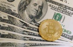 Symbolisches Münze bitcoin auf Banknoten von hundert Dollar Stockfotos