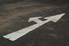 Symboliseer de pijlen op de straat. royalty-vrije stock afbeelding