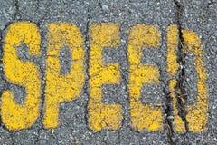 Symboliseer in werking stelde speedwaybaan op weg stock fotografie