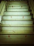 Symbolisieren Sie die Pfeile auf der Treppe des Gebäudes Stockbilder