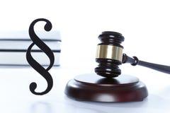 Symbolisk domstol med auktionsklubban och boken Fotografering för Bildbyråer