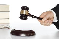 Symbolisk domstol med hammaren royaltyfri bild