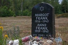 symbolisk gravsten av Anne och Margot Frank på den Bergen-Belsen minnesmärken royaltyfria foton