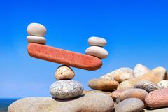 Symbolisk våg från stenar Den störda jämvikten Imbalanc royaltyfria foton