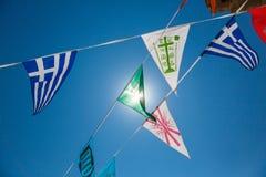 Symboliska flaggor för kristna religios i Lindos, Grekland Arkivfoton