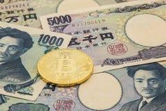 Symboliska mynt av bitcoin på högen av många typJapan sedlar Fotografering för Bildbyråer
