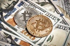 Symboliska mynt av bitcoin på sedlar av hundra dollar Utbytesbitcoinkassa för en dollar Arkivfoton