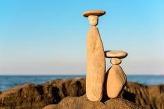 Symboliska statyetter på kust Royaltyfri Foto