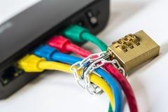 symboliskt säkra nätverket vid kedjan med blocket Arkivfoton