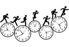 Symbolleute lassen ein Rennen in der Zeit auf Borduhren laufen Stockfoto