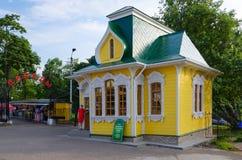 Symbolsdomkyrkan shoppar på ingången i Victory Park, Uglich, Ryssland Arkivfoton