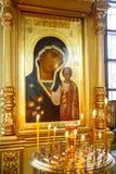 Symbolsstearinljus i ortodox kyrka för ryss arkivfoton