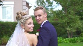 Symbolstående av den härliga bruden och brudgummen som ler se kameran lager videofilmer