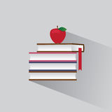 Symbolstapel von Büchern und von rotem Apfel Stockbild