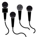 Uppsättning av den svart silhouetteillustrationen för mikrofoner som isoleras på vitbakgrund vektor illustrationer