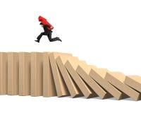 Symbool die van de mensen het dragende pijl op dalende domino's lopen Stock Foto