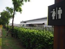 Symbool om de mannelijke en vrouwelijke toiletten in het park te vertellen, ontwerp sy Stock Foto