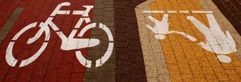 Symbool om op de weg voor voetganger en bicycl, zacht-nadruk, voetganger en bicycl tekens op de voetganger en bicycl de manier te stock fotografie