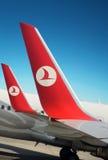 Symbool Turkse luchtvaartlijn op vliegtuigvleugels. Blauwe hemel Stock Foto