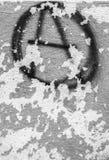 Symbool van anarchie op de schil oude muur die wordt geschilderd royalty-vrije stock foto's