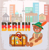 Symbool van Berlin Bear met een Koffer met Stickers over de hele wereld tegen de achtergrond van Cityscape Berlijn Royalty-vrije Stock Foto's