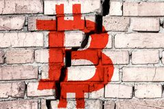 Symbool van bitcoin op de bakstenen muur met grote barst in het midden Het Concept van de Bitcoinneerstorting royalty-vrije stock fotografie