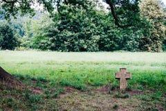 Symbool van een zeer oud kruis van een Christelijke godsdienst in een grond stock foto