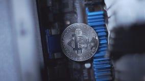Symbool van mijnbouw bitcoin, close-up stock videobeelden