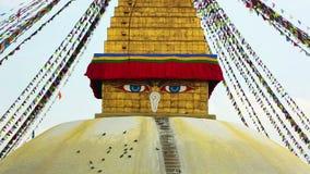 Symbool van Nepal, de Ogen van Boedha in Katmandu. stock videobeelden