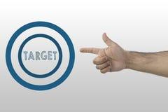 Symbool van voltooiing, succes, die op een nieuw niveau krijgen Bedrijfs concept Omcirkeld doel en handkanongebaar die het schiet royalty-vrije stock foto