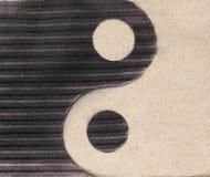 Symbool yin-Yang op het zand stock afbeelding