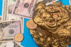 Symboolpad en dollarmuntstuk en bankbiljet Stock Fotografie