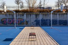 Symetria na błękitnym koszykówki plaground z ławkami obraz royalty free