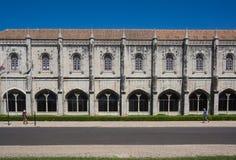 Symetric-Gebäudefassade mit vielen Fenstern lizenzfreies stockbild