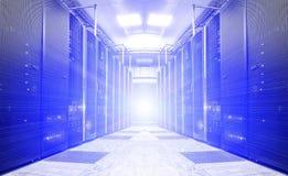 Symetryczny futurystyczny nowożytny serweru pokój w dane centrum z jaskrawym światłem Obrazy Royalty Free