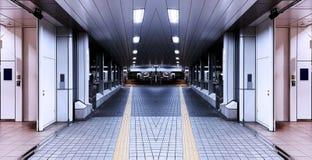 Symetryczny tunelowy przejście przez drogę obraz royalty free